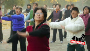 China's Controversial Square Dancing Grannies   China Uncensored. Fotocaptura: Youtube