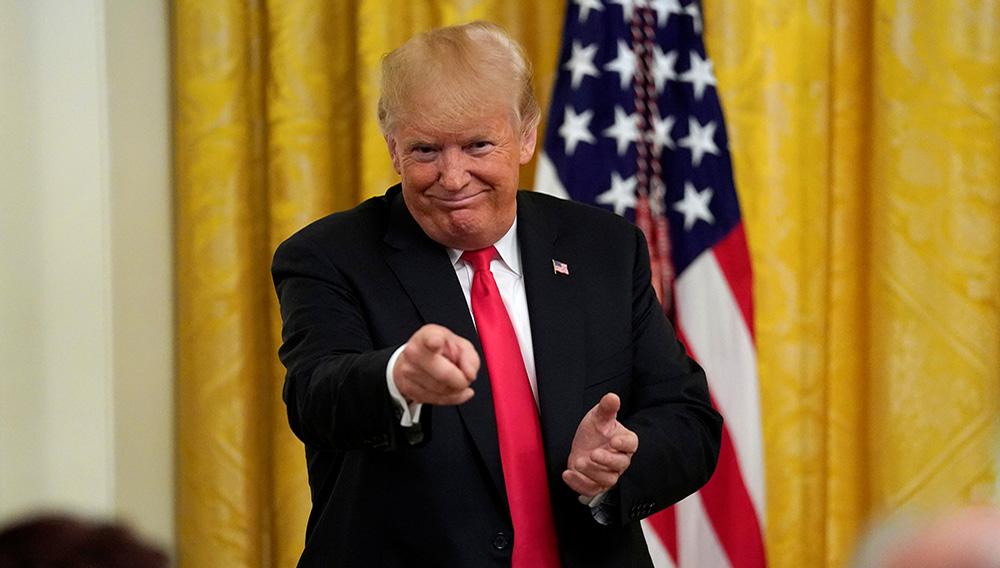 Donald Trump a déclaré lundi être inquiet que toute déclaration qu'il pourrait effectuer sous serment lors d'une éventuelle audition par le procureur spécial Robert Mueller dans le cadre de l'enquête russe puisse être utilisée pour porter contre lui des accusations de parjure. /Photo prise le 20 août 2018/REUTERS/Kevin Lamarque