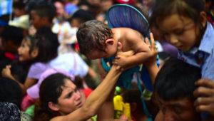 México abre su frontera a mujeres y niños de caravana de migrantes hondureños. (AFP)