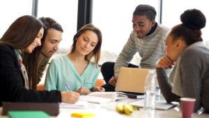 Grupo multiétnico de gente joven estudiando juntos. iStock/Getty Images