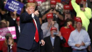 Donald Trump fotografiado durante un acto proselitista en Cape Girardeau, Missouri, el 5 de noviembre del 2018. El apoyo o la desaprobación del presidente decidió el voto de una gran parte del electorado en las elecciones de mitad de término en EEUU. (AP Photo/Jeff Roberson)