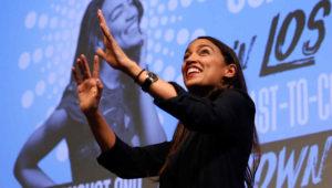 Alexandria Ocasio-Cortez, candidata demócrata al Congreso en representación de Nueva York, habla a sus partidarios el martes 6 de noviembre de 2018 en el distrito de Queens de esa ciudad. (AP Foto/Stephen Groves)