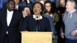 La demócrata Ayanna Pressley da su discurso de victoria tras ser elegida para representar al séptimo distrito del Congreso de Massachusetts, el martes 6 de noviembre de 2018, en Boston. (AP Foto/Michael Dwyer)