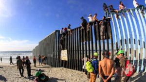 La Patrulla Fronteriza dijo que varias personas treparon la valla fronteriza que separa Tijuana y San Diego. (EFE).