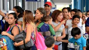 24/08/2018 Los venezolanos hacen cola en el centro de atención de la frontera binacional (CEBAF) en Tumbes, al norte de Perú, en la frontera con Ecuador, el 23 de agosto de 2018. AFP