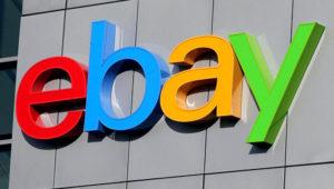 Logotipo de eBay en un edificio.