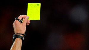 Un árbitro enseña una tarjeta amarilla. Foto: Internet
