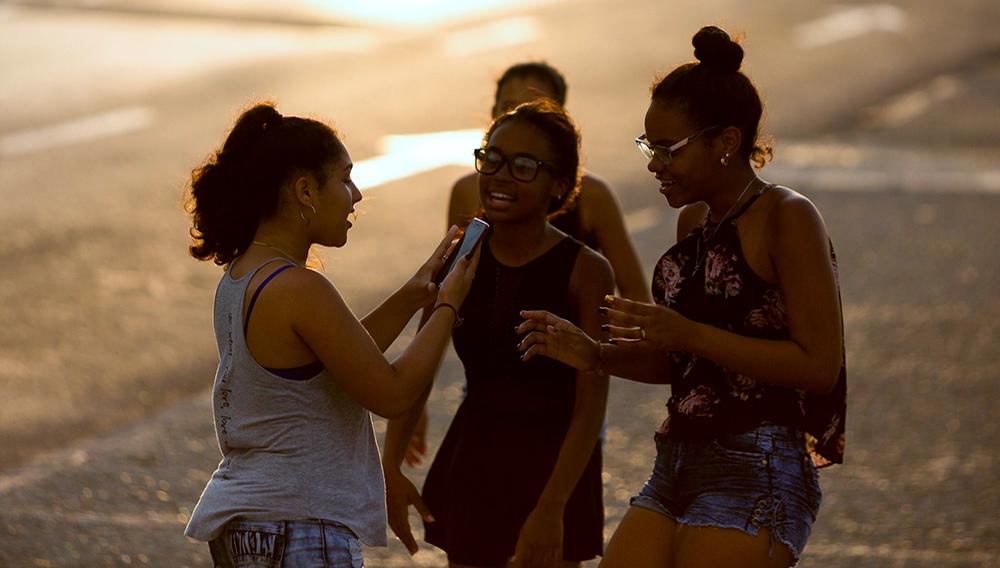 Los cubanos ansían el Internet celular. Antes del esperado momento, se han lanzado aplicaciones autóctonas que proponen servicios análogos a Google Play o Whatsapp. Foto: Fernando Medina/Fonoma