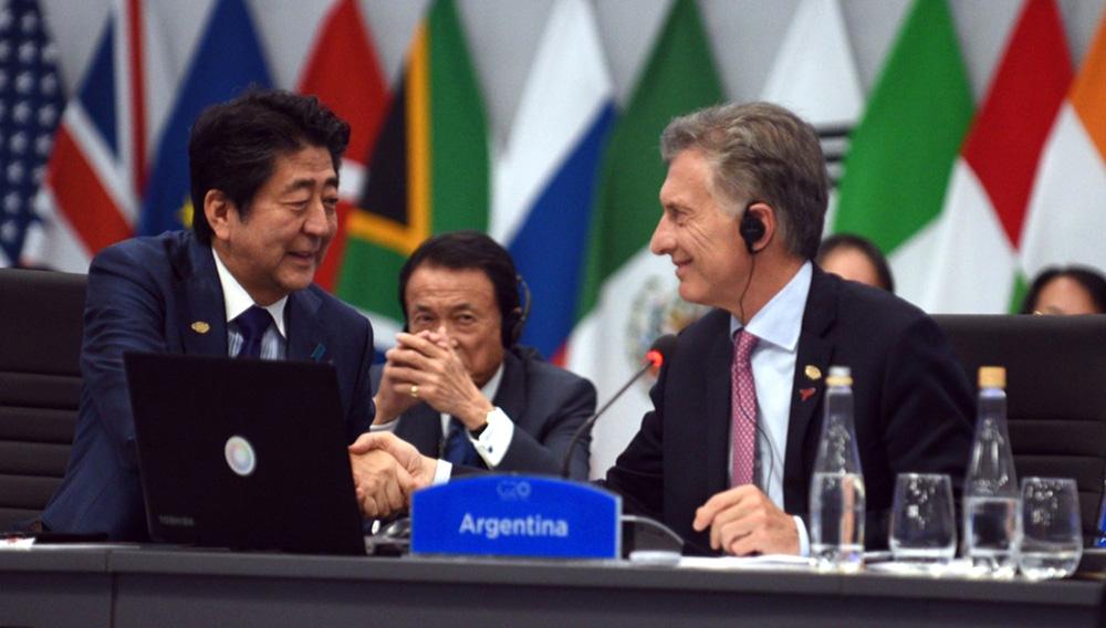 Presidente de Argentina, Mauricio Macri, saluda con un apretón de manos al primer ministro de Japón, Shinzo Abe, en el marco de la Cumbre del G20 que se realizó en Buenos Aires. Foto: Reuters.