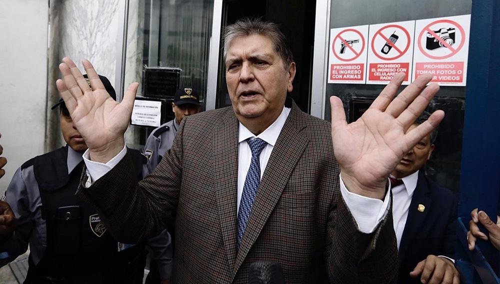 Alan García sale del Ministerio Público en Lima, donde fue citado por una investigación por presuntos delitos de corrupción.