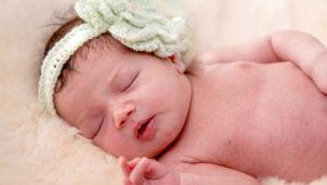 Bebé recién nacido durmiendo.