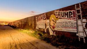 Muro fronterizo entre Estados Unidos y México con un dibujo contra el presidente Donald Trump.