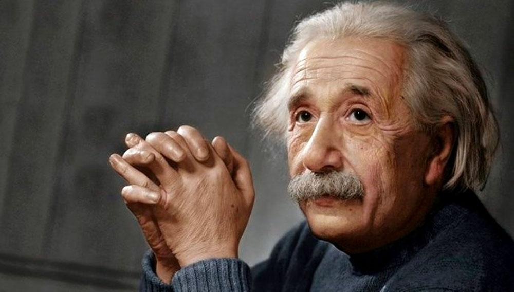 Albert Einstein, con las manos juntas y mirando a un punto distinto al de la cámara fotográfica.