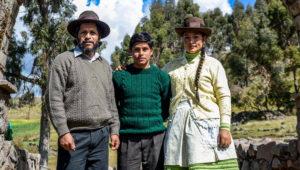 """Amiel Cayo, Magaly Solier, y al centro, el debutante Junior Béjar. La familia Páucar de """"Retablo"""". Foto: Cinencuentro.com"""