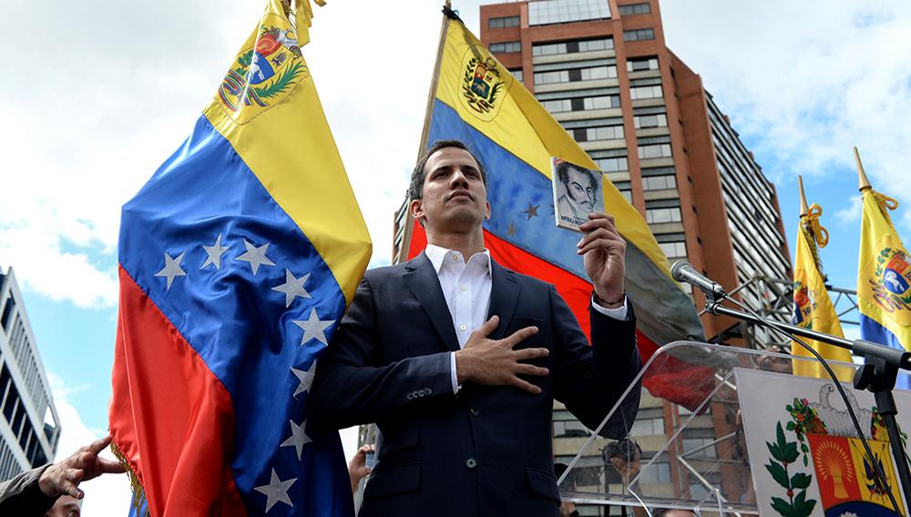 """Guaidó pidió a los venezolanos que también juren """"ante Dios (...) respaldar la lucha del cese de usurpación y asumir responsabilidad bajo los artículos 333 y 350"""" de la Constitución, para lograr el respaldo de la Fuerza Armada y de la comunidad internacional. FEDERICO PARRA - AFP"""