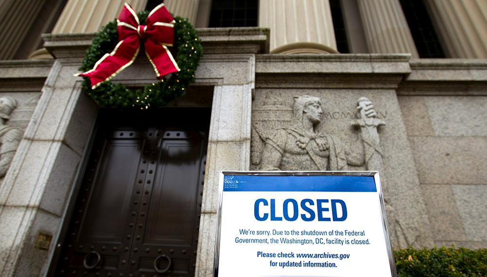 """Un letrero de """"cerrado"""" se encuentra en la entrada de los Archivos Nacionales en Washington, el martes 1 de enero de 2019, mientras el cierre parcial del gobierno prosigue por tercera semana. (AP Foto/José Luis Magaña)"""