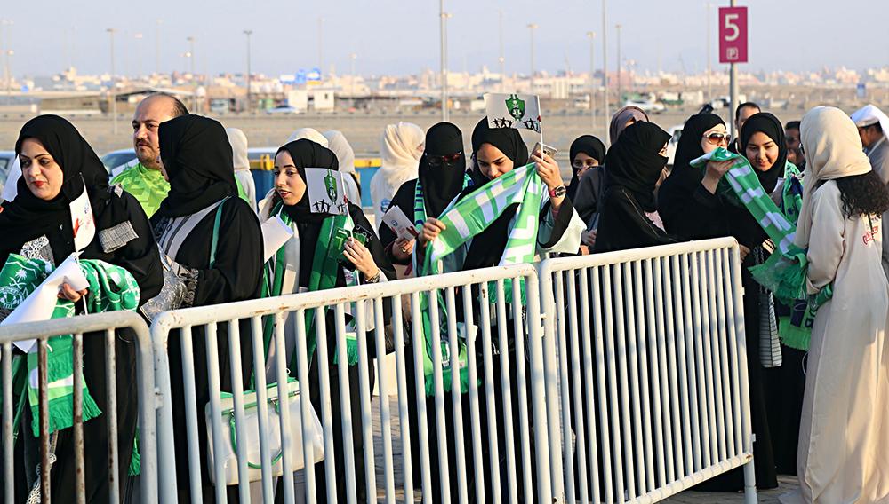 Varias mujeres haciendo fila para ingresar al estadio en Yedá, Arabia Saudí.
