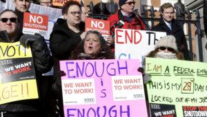 Varios empleados federales y simpatizantes protestan frente al capitolio en Boston, el jueves 17 de enero de 2019, en demanda de que se ponga fin al cierre parcial del gobierno federal. (AP Foto/Steven Senne)