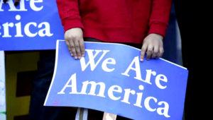 Pancarta de apoyo a indocumentados en EEUU. FOTO: La Opinión