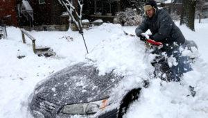 Jeff Clifford desentierra el auto de su novia de una montaña de nieve el sábado 12 de enero del 2019, en St. Louis. (Laurie Skrivan/St. Louis Post-Dispatch via AP)