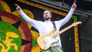 En esta foto del 5 de mayo del 2018, Juanes toca en el Festival de Jazz y Herencia de Nueva Orleans.