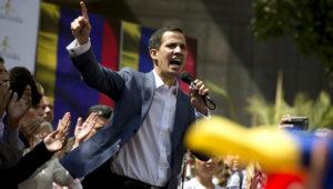 Juan Guaidó, presidente de la Asamblea Nacional de Venezuela, en una fotografía del viernes 11 de enero de 2019, mientras pronuncia un discurso público en una calle de Caracas. (AP Foto/Fernando Llano)