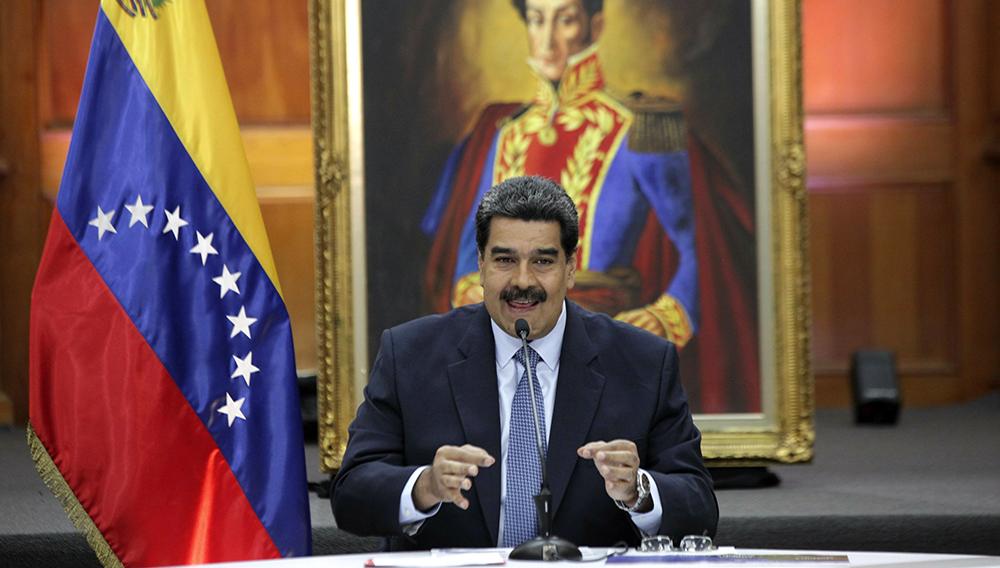 El presidente de Venezuela, Nicolás Maduro, ofrece una conferencia de prensa con medios extranjeros en el palacio presidencial de Miraflores en Caracas, Venezuela, el miércoles 9 de enero de 2019. Maduro prestará juramento por un segundo mandato de seis años el jueves. (AP Foto/Boris Vergara)