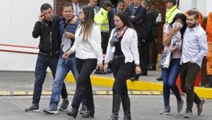 Familiares de las víctimas de un atentado con bomba lloran frente a la entrada de la academia de policía General Santander, donde tuvo lugar el ataque en Bogotá, Colombia, el jueves 17 de enero de 2019. (AP Foto/John Wilson Vizcaíno)