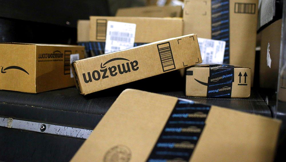 En esta fotografía del 20 de noviembre de 2015 se muestran unos paquetes de Amazon en un centro de UPS en Louisville, Kentucky. (AP Foto/Patrick Semansky, Archivo)