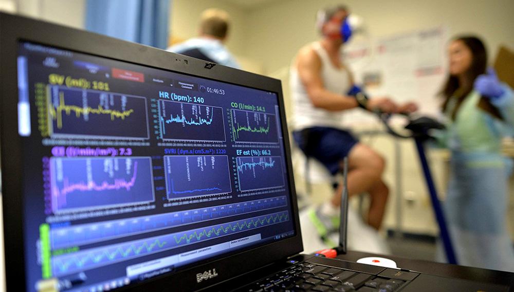 Fotografía de archivo del 27 de agosto de 2014 de una laptop que monitorea la función cardiaca de un paciente mientras toma una prueba de esfuerzo sobre una bicicleta estacionaria en Augusta, Georgia. (AP Foto/The Augusta Chronicle, Michael Holahan)