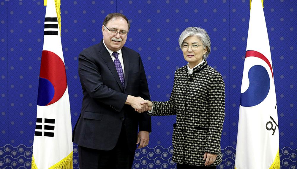 La ministra de Exteriores de Corea del Sur, Kang Kyung-wha (derecha), y Timothy Betts, subsecretario adjunto interino y asesor principal para negociaciones y acuerdos de seguridad del Departamento de Estado de Estados Unidos. (AP Foto/Lee Jin-man, Pool)