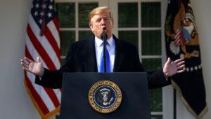 El presidente Donald Trump habla durante un evento en la Casa Blanca para declarar una emergencia nacional para poder construir el muro en la frontera con México, el viernes 15 de febrero del 2019, en Washington. (Foto AP/ Evan Vucci)