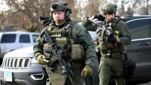 Policías armados con rifles responden a un llamado de auxilio por un atacante armado en Aurora, Illinois, el viernes 15 de febrero del 2019. (Antonio Perez/Chicago Tribune via AP)