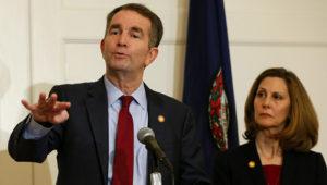 El gobernador de Virginia, Ralph Northam (izquierda), gesticula mientras su esposa, Pam, lo escucha durante una conferencia de prensa en Richmond, Virginia, el sábado 2 de febrero de 2019. (AP Foto/Steve Helber)