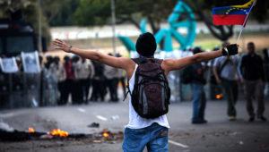 CARACAS, febrero 19, 2014 (Xinhua) -- Un estudiante opositor participa durante una protesta en Altamira, municipio Chacao, en Caracas, capital de Venezuela, el 19 de febrero de 2014. (Xinhua/ Boris Vergara)
