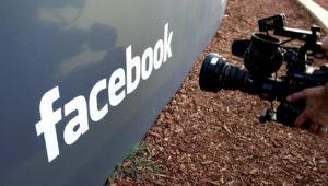En esta fotografía del 18 de mayo de 2012 un camarógrafo graba el letrero afuera de la sede de Facebook en Menlo Park, California. (AP Foto/Paul Sakuma, Archivo)