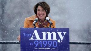 La senadora Amy Klobuchar, demócrata por Minnesota, sonríe antes de anunciar su postulación a la presidencia de Estados Unidos, el domingo 10 de febrero del 2019 en Boom Island Park en Minneapolis. (Anthony Souffle/Star Tribune via AP)