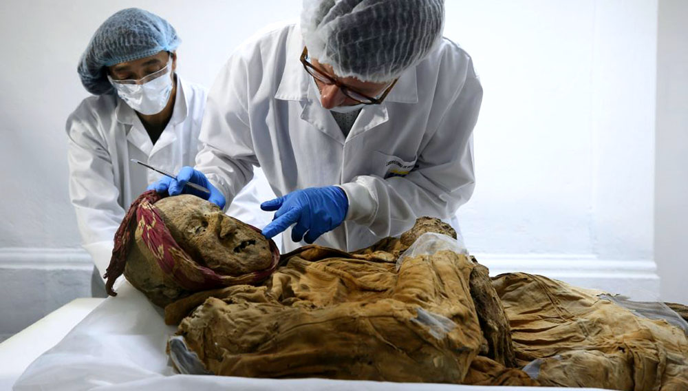 """El científico francés Philippe Charlier realiza estudios de la """"momia de Guano"""", este miércoles en Quito (Ecuador). EFE"""