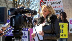 La actriz porno Stormy Daniels lee una declaración para protestar contra el impuesto de Illinois a los centros de entretenimiento para adultos, en el Capitolio estatal, el viernes 22 de marzo de 2019 en Springfield, Illinois. (AP Foto/John O'Connor)