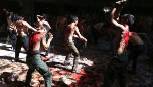 ARCHIVO - En esta fotografía de archivo del domingo 9 de octubre de 2016 varios hombres musulmanes se golpean con navajas sujetas a cadenas durante una procesión con motivo del Ashoura en Kabul, Afganistán. (AP Foto/Rahmat Gul)