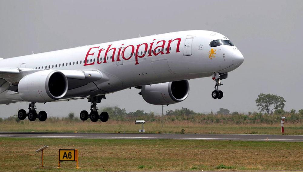 Avión de Ethiopian Airlines despegando del aeropuerto de Abuja.