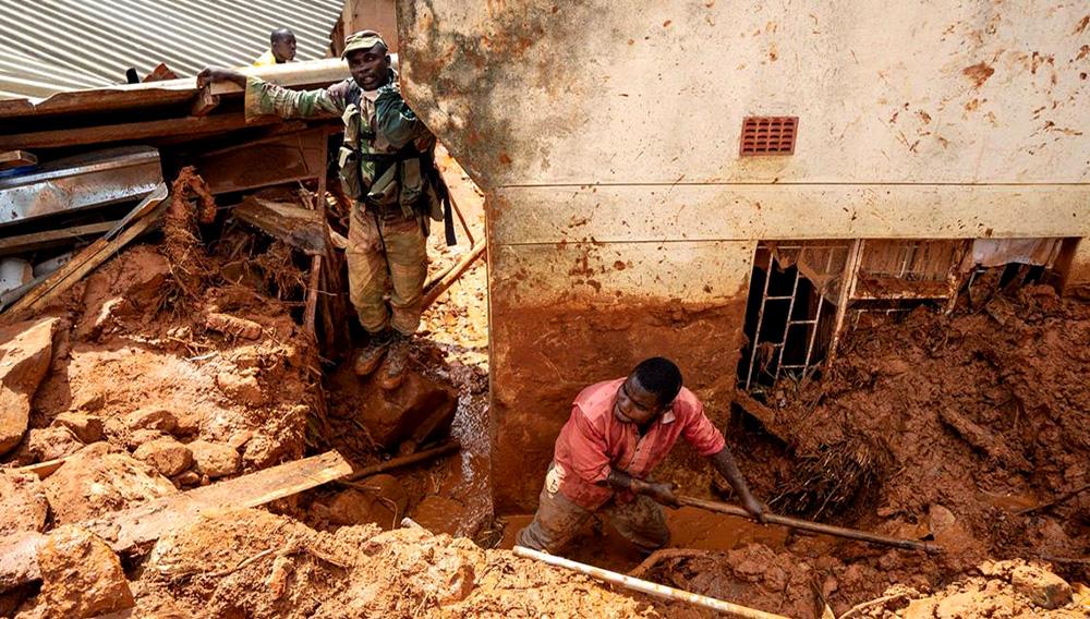 Soldados mozambiqueños fueron desplegados para ayudar a los residentes afectados a rescatar pertenencias. Credit Zinyange Auntony/Agence France-Presse — Getty Images