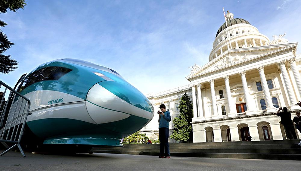 En esta imagen del 26 de febrero de 2015 se ve una maqueta a gran escala de un tren de alta velocidad en el Capitolio de Sacramento, California. (AP Foto/Rich Pedroncelli, Archivo)