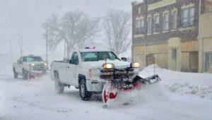 Una limpiadora de nieve de la municipalidad de Scottsbluff, Nebraska, despeja una calle el miércoles 13 de marzo del 2019. (Spike Jordan/The Star-Herald vía AP)