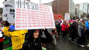 """Una mujer lleva un cartel que dice """"#MeToo"""", en alusión al movimiento #yotambién que está replanteando las relaciones entre hombre y mujeres, acompañado por decenas de """"y ella también"""", durante una protesta en Seattle el 20 de enero del 2018. (AP Photo/Ted S. Warren)"""