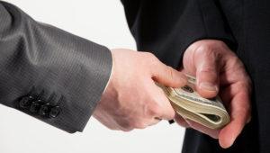 Foto de archivo - Hombre de negocios dando un soborno, fondo neutro. | 123rf.com
