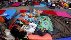 Niños de la caravana migrante descansan en el estadio Jesús Martínez, en Ciudad de México. EFE