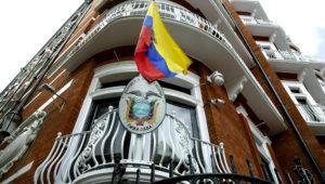 Vista del exterior de la embajada de Ecuador en Londres tras la detención del fundador de WikiLeaks, Julian Assange, que vivía en la legación diplomática desde 2012, a menos de la policía de la capital británica, el 11 de abril de 2019. (AP Foto/Matt Dunham)