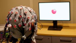 La gorra llena de electrodos que llevan electricidad al cerebro, como parte de un estudio para mejorar la capacidad de memoria de gente de avanzada edad. Foto del 5 de abril del 2019, suministrada por la Universidad de Boston. (Rob Reinhart/Universidad de Boston via AP)
