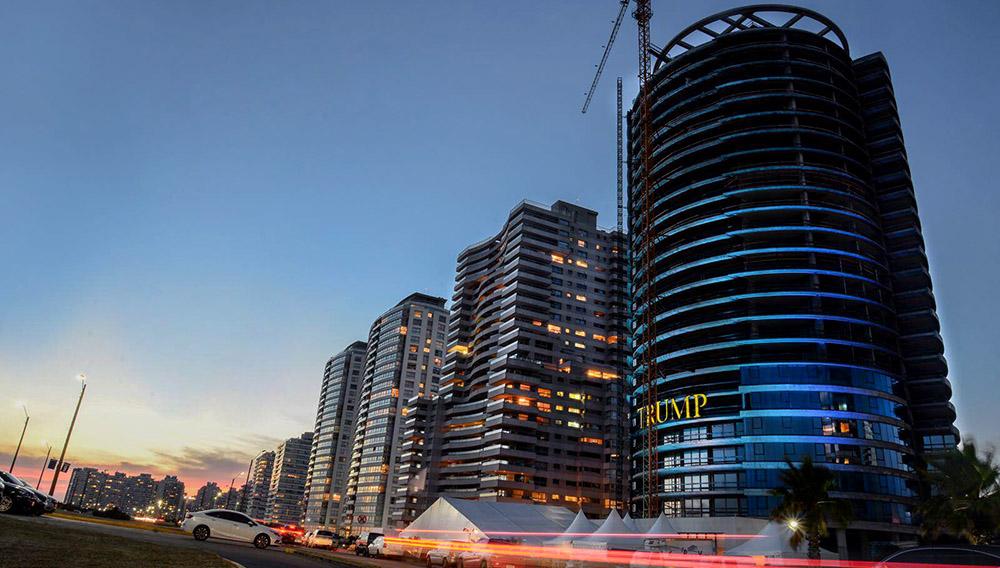 La Trump Tower de Punta del Este, ubicada estratégicamente sobre la parada 9 ½ de La Brava, es el primer y único emprendimiento inmobiliario de sudamérica con la marca Trump.